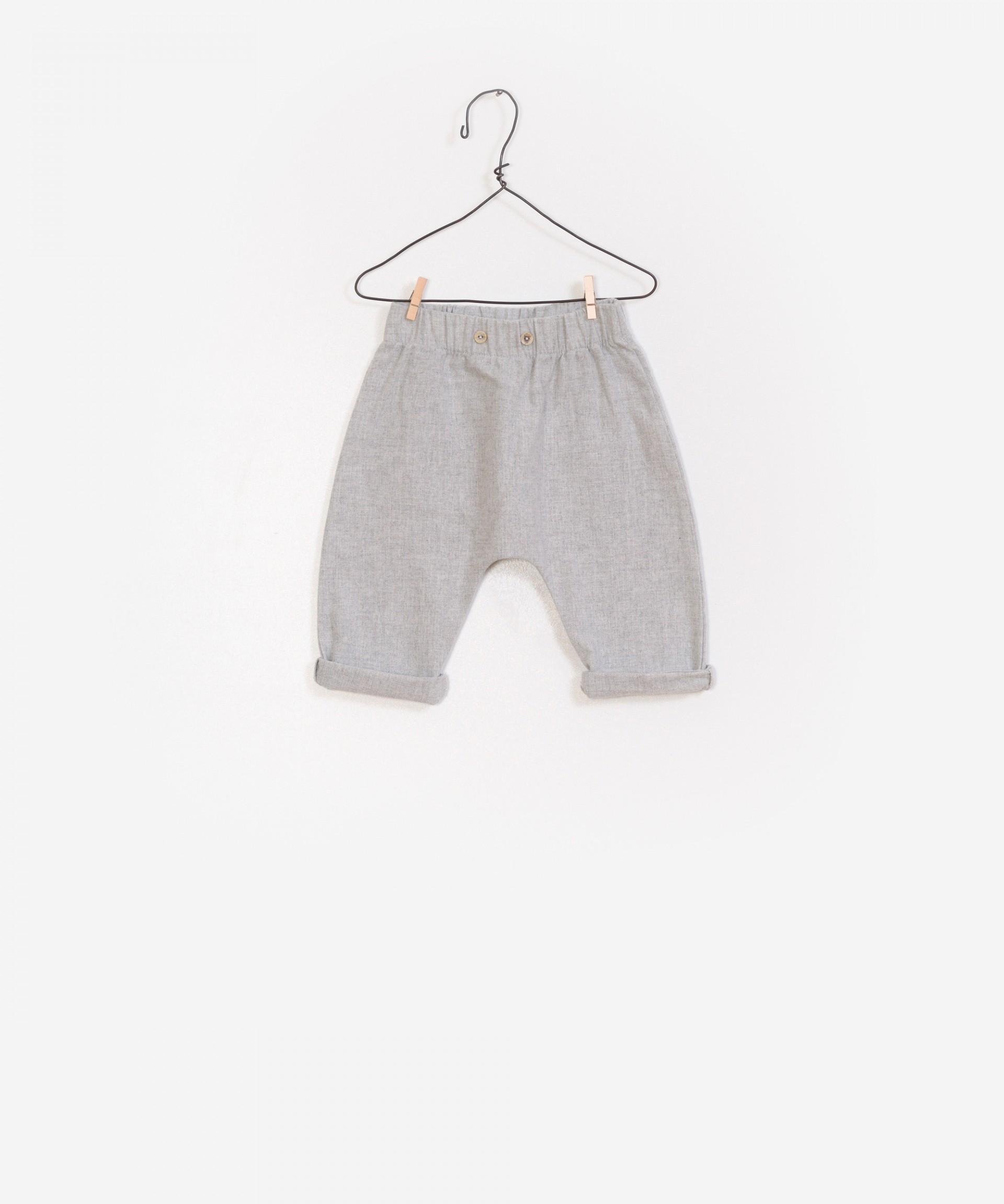 Pantalón plano en tejido reciclado.