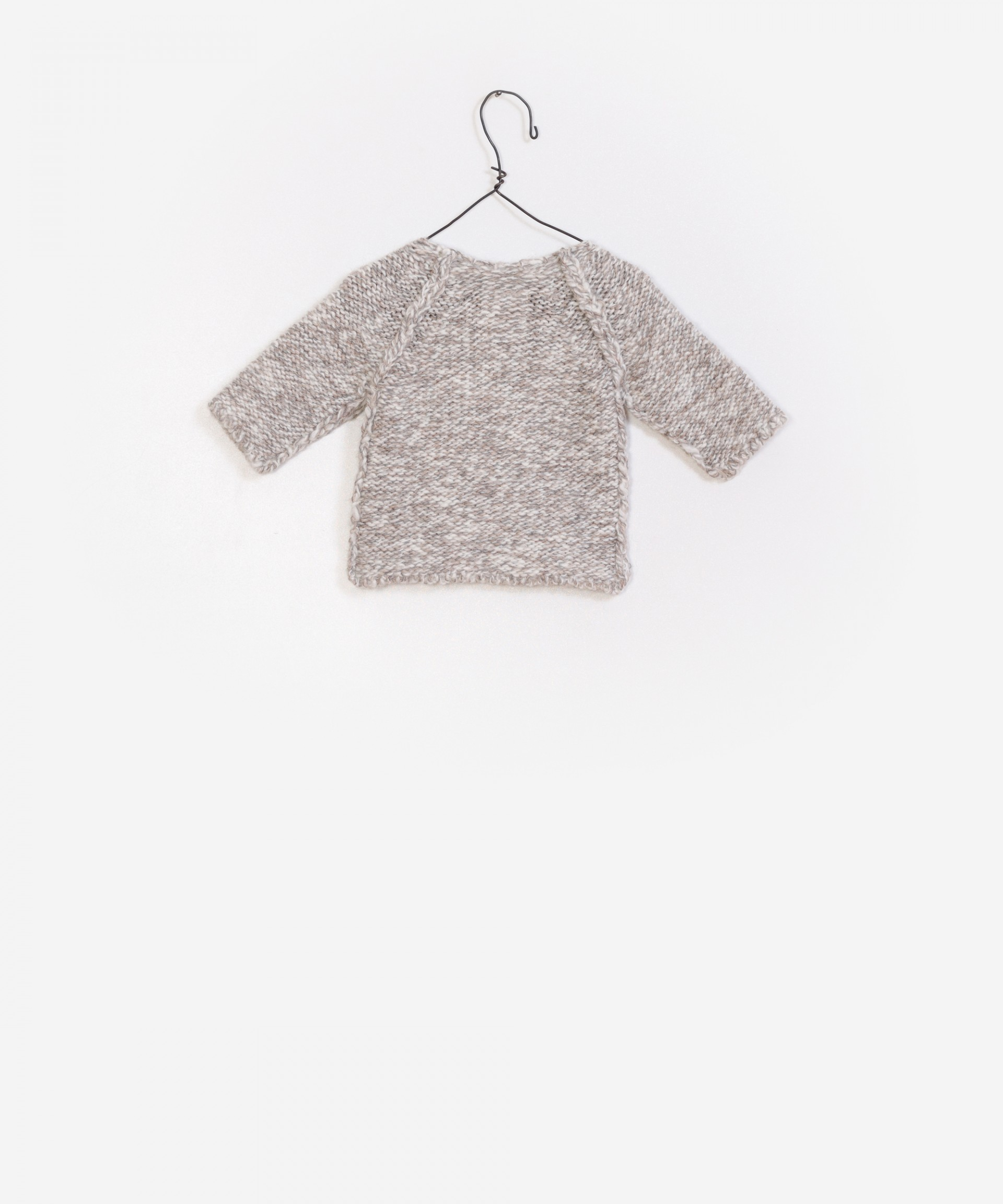 Knitted sweater with outer seam