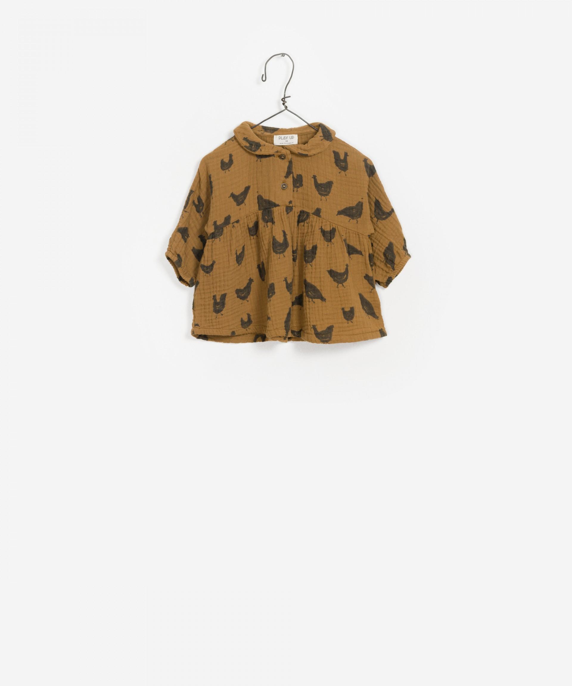 Cuello redondo y túnica estampada