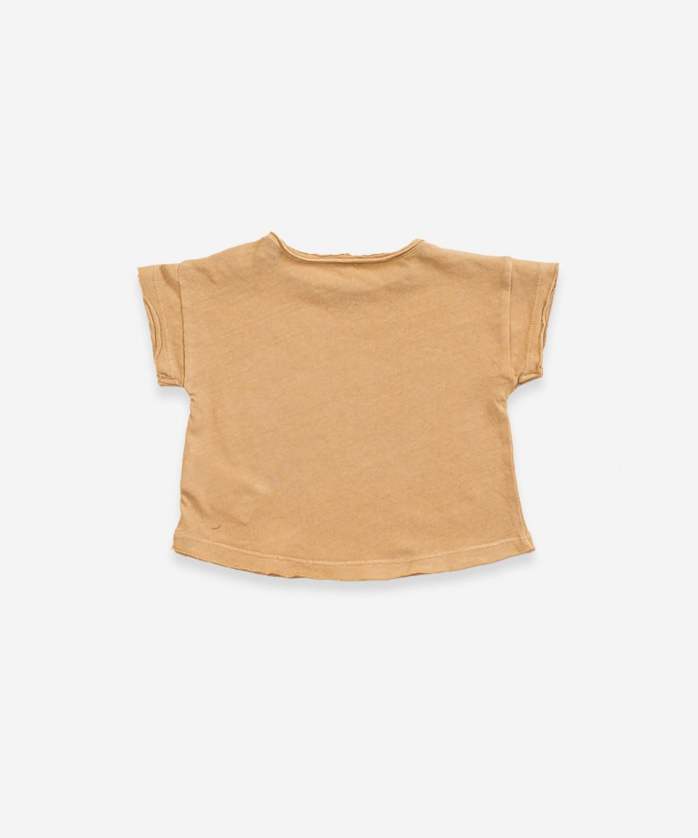 T-shirt with opening on shoulder