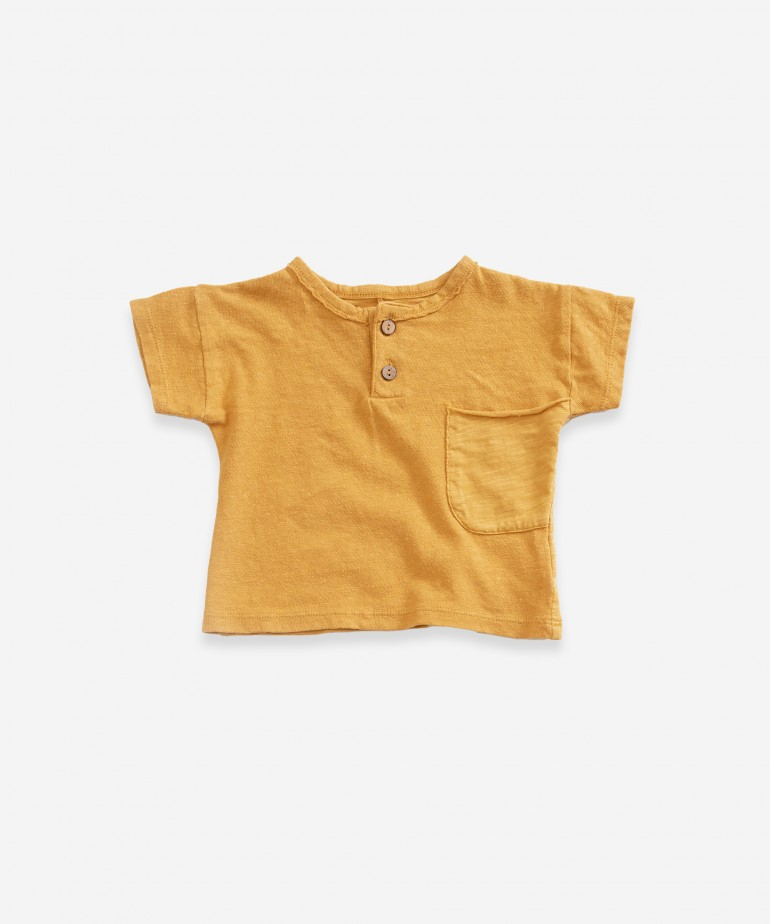 T-shirt with two buttons