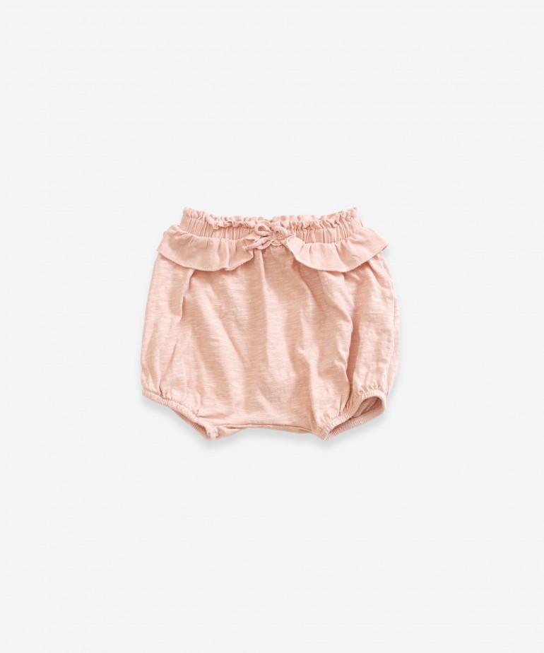 Pantalón corto con volante en la cintura