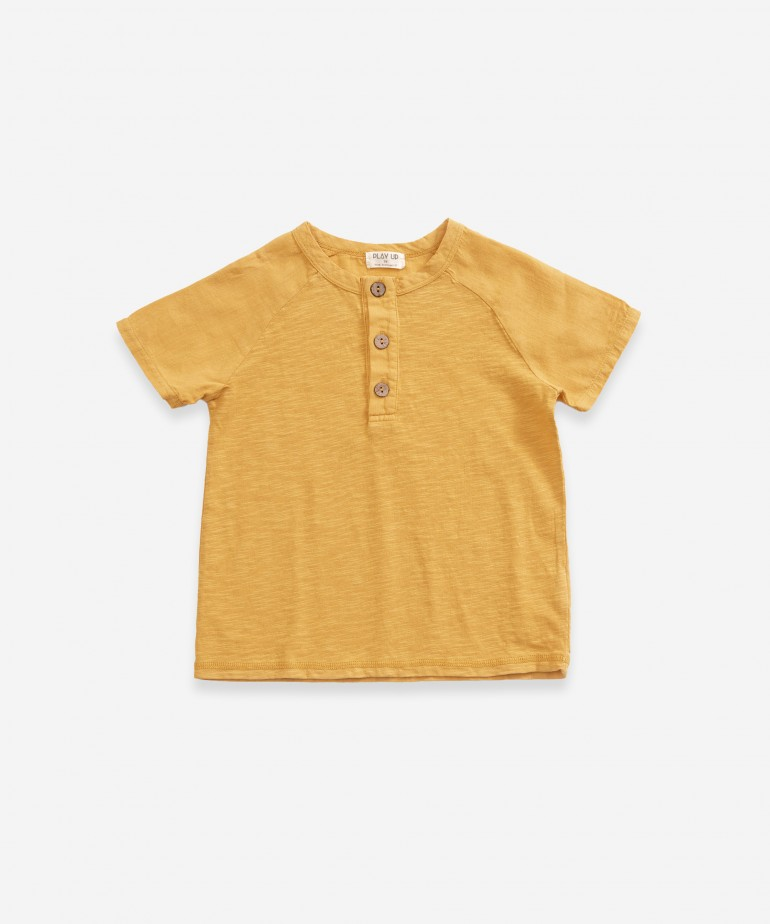 T-shirt with opening with buttons