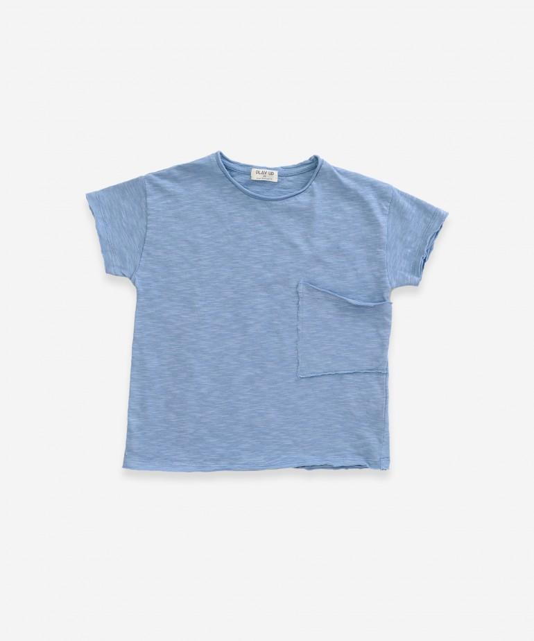 T-shirt com bolso assimétrico