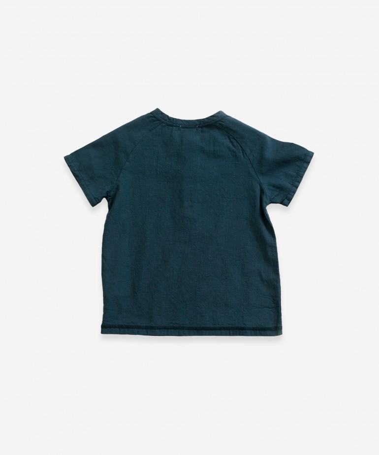 T-shirt com abertura de botões