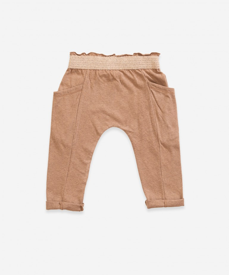 Trousers with elastic with knitted effect