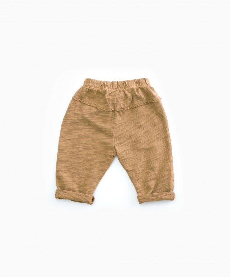 Pantalón con cordón decorativo