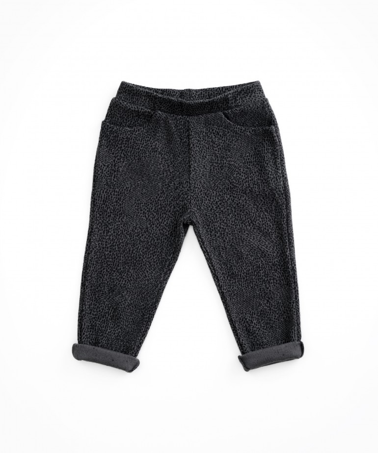 Trousers with pattern and pockets