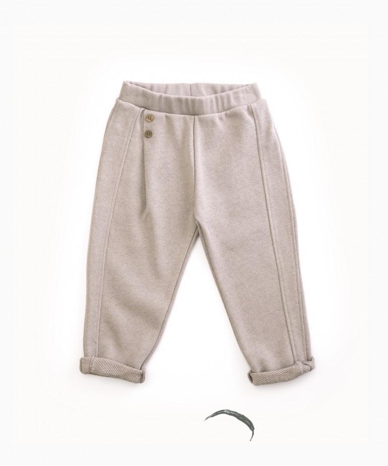 Pantalón con botones decorativos