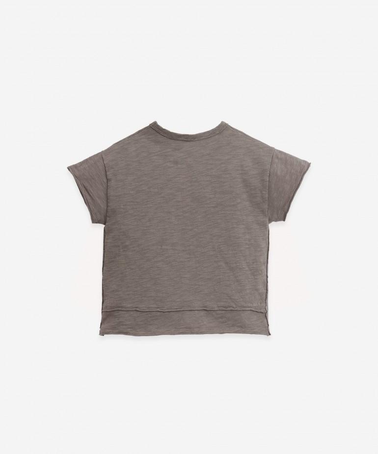T-shirt con dettaglio sul davanti e di dietro
