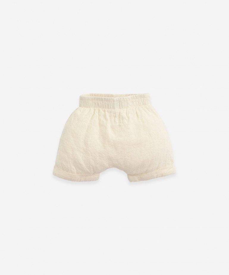 Pantalón corto de lino con bajo vuelto