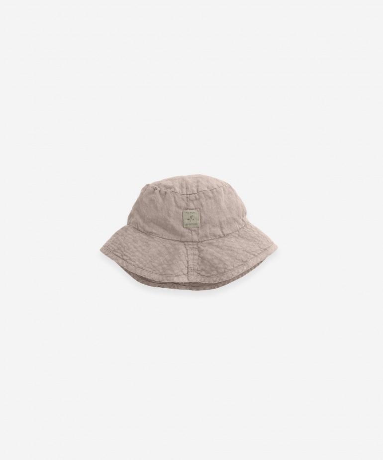Cappello con etichetta in lino