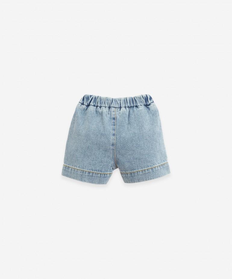 Pantalón corto vaquero con botón de coco