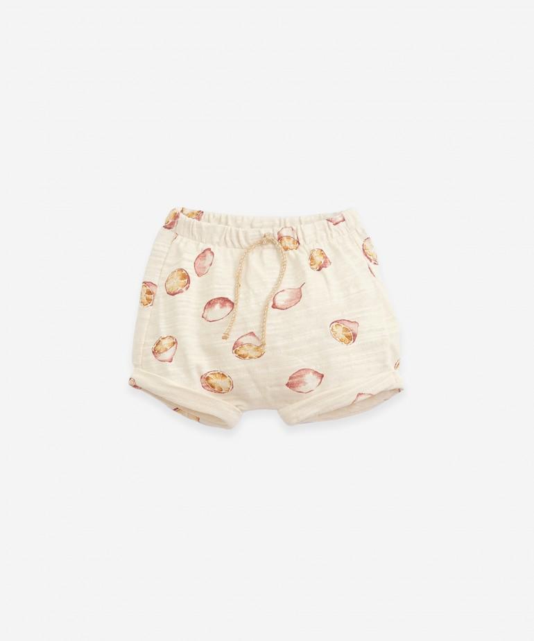 Pantalón corto con estampado de limones