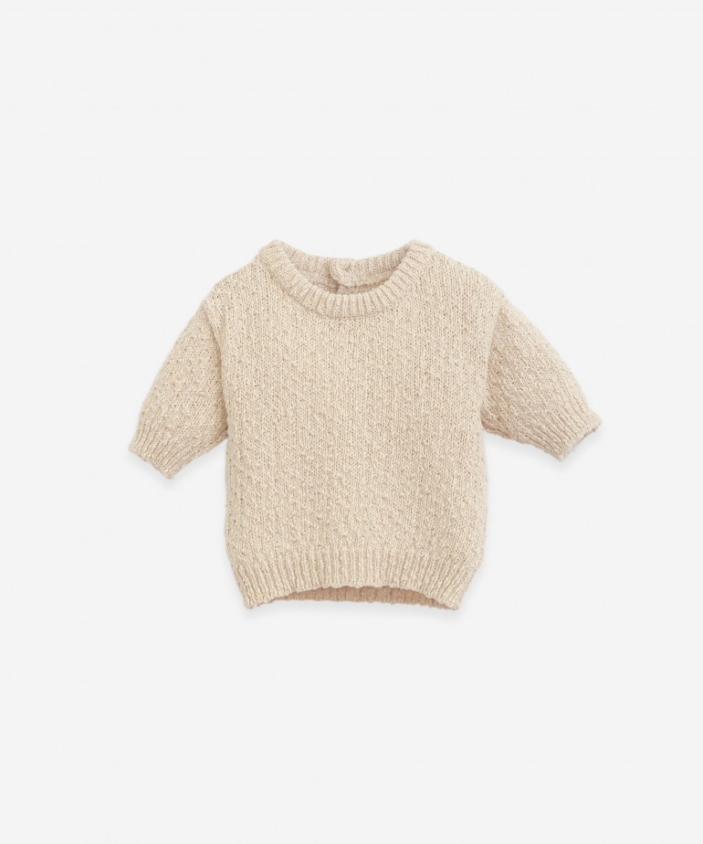 Knitted sweater with an opening on the back