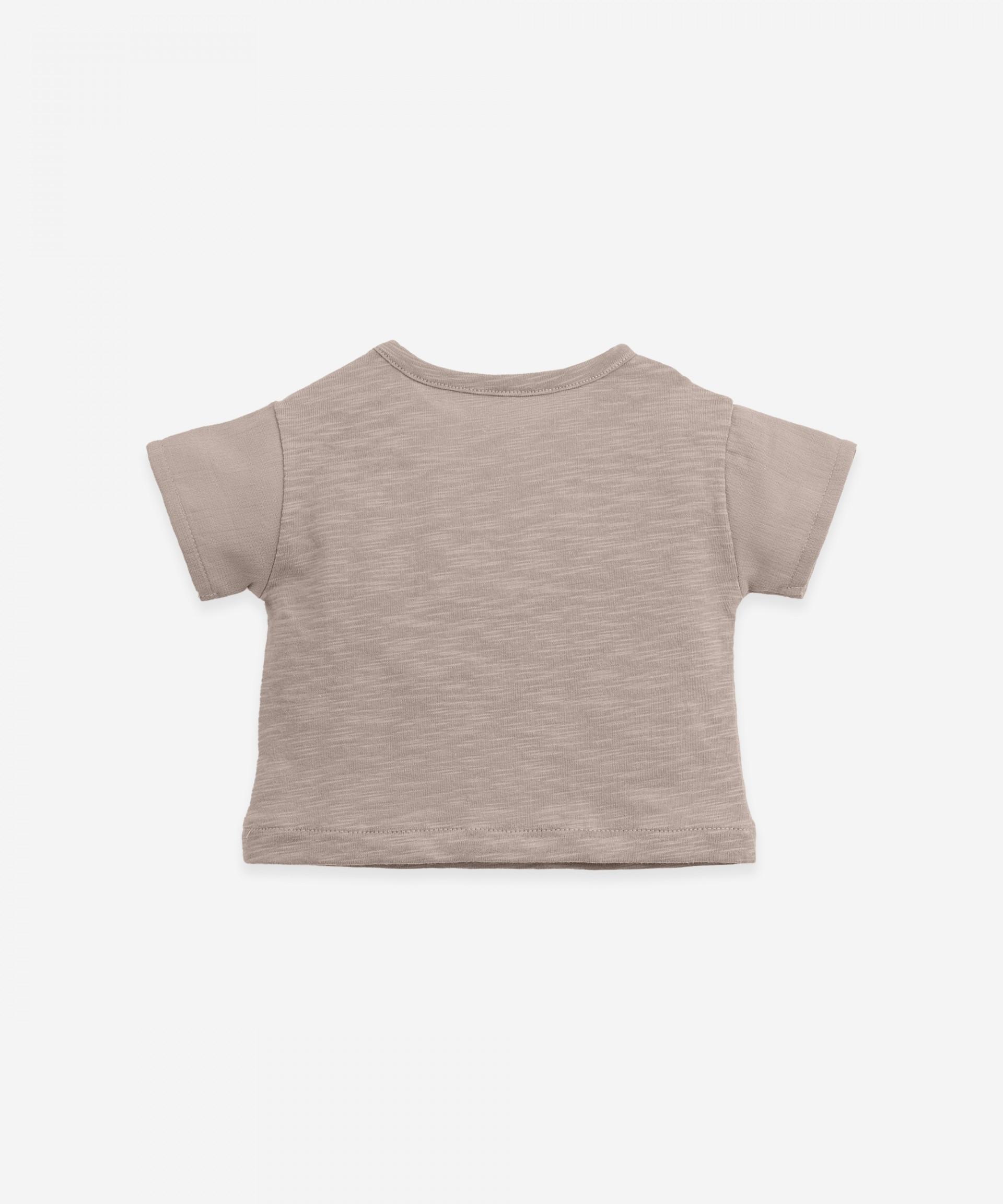 Camiseta con bolsillo frontal | Botany