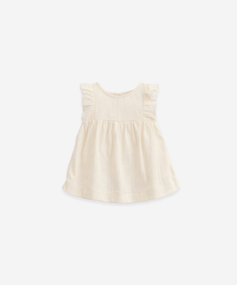 Dress with frills on the shoulders