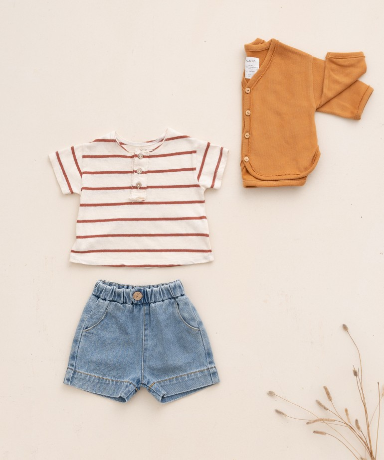 Denim shorts with coconut button