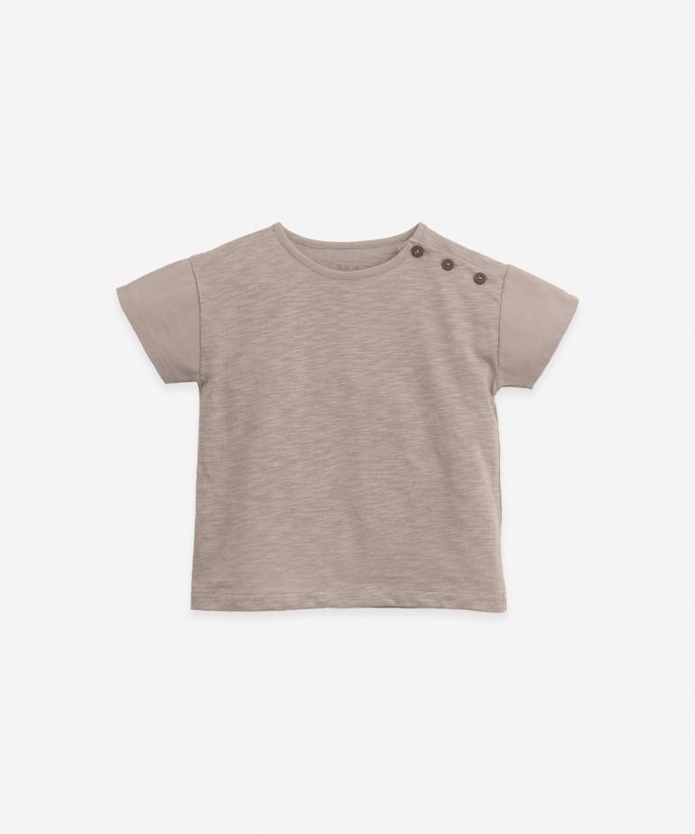 T-shirt con apertura sulla spalla