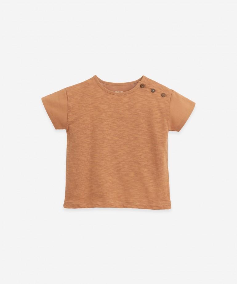 Camiseta con cierre en el hombro