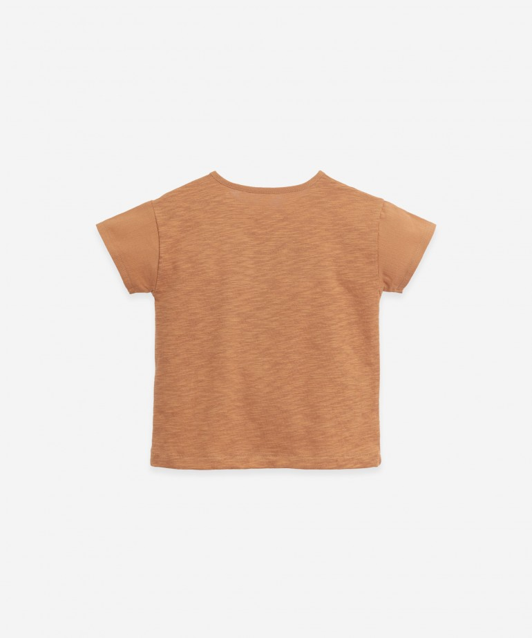 T-shirt com abertura no ombro