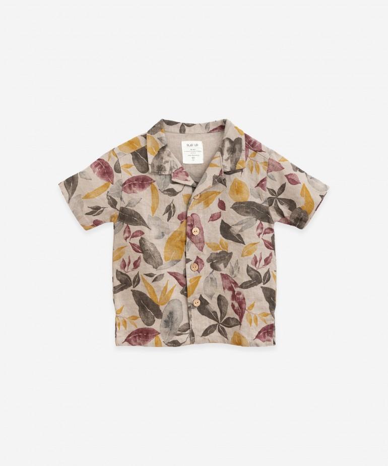 Camisa com estampado de folhas