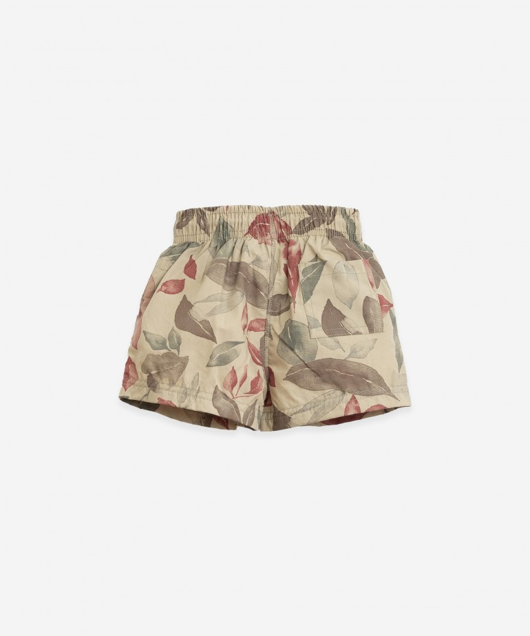 Swimming shorts with leaves print