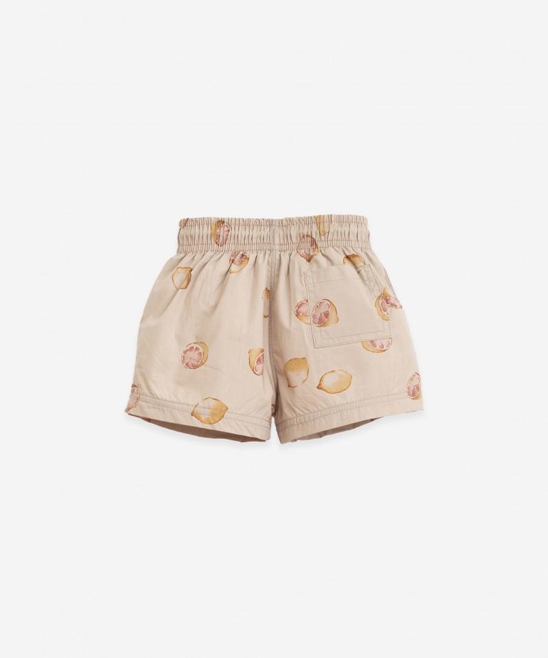Swimming shorts with lemons print