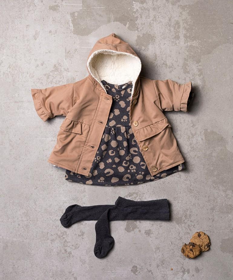 Vestido com padrão e abertura nas costas