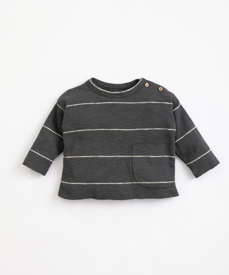 T-shirt com riscas e bolso grande