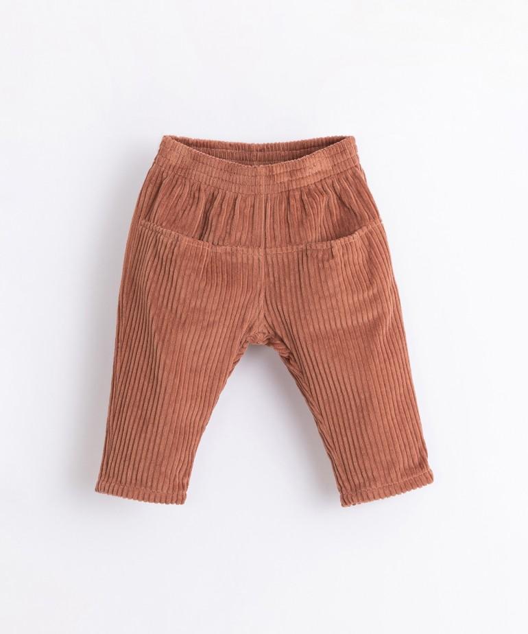 Pantalón de pana con bolsillos en la parte delantera