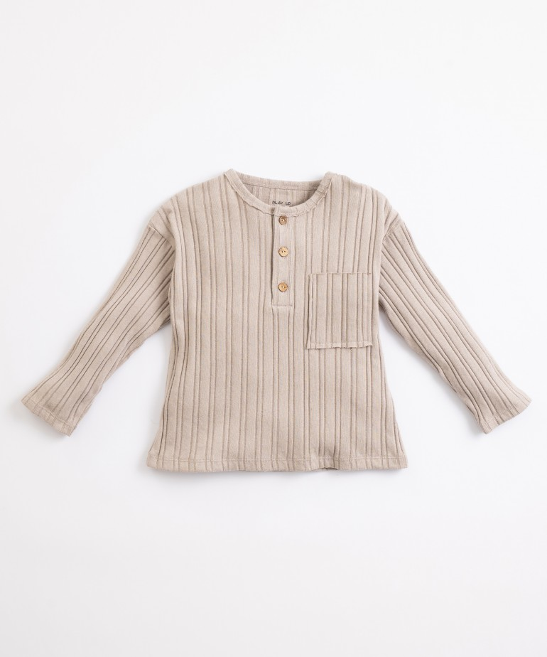 T-shirt with coconut button opening