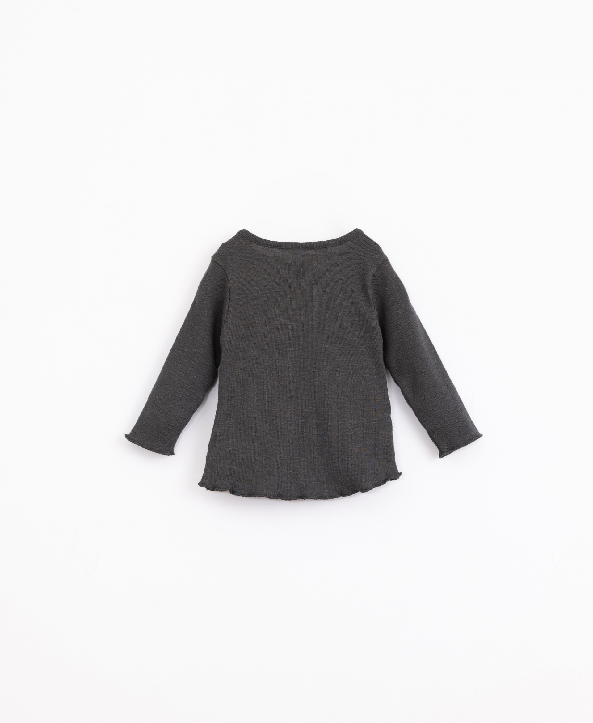 T-shirt in organic cotton with shoulder opening | Illustration