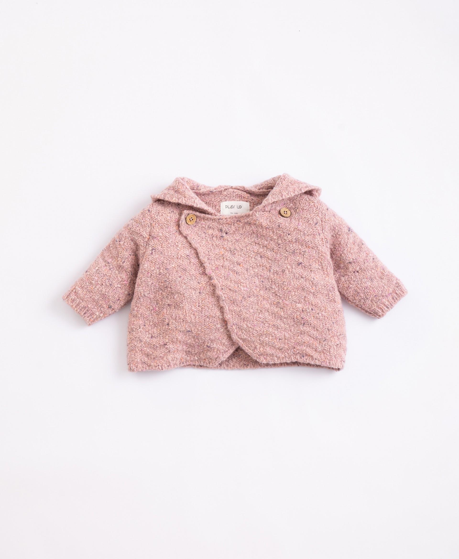 Casaco tricot com fibras recicladas e capucho| Illustration