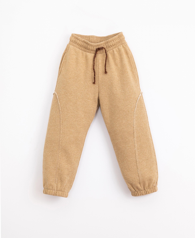 Pantaloni con dettaglio a incastro | Illustration