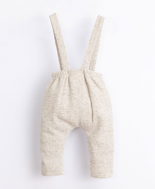 Pantalón confeccionado con fibras recicladas y algodón | Illustration