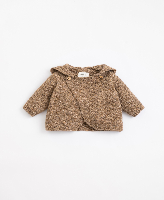 Golfino lavorato a maglia con fibre riciclate e cappuccio  Illustration