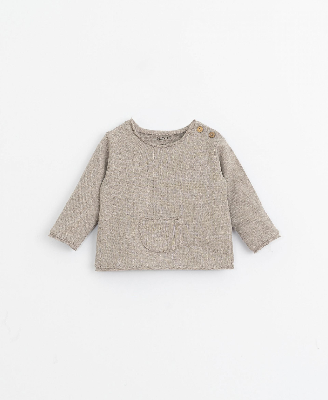 Conjunto jersey con bolsillo y pantalón   Illustration