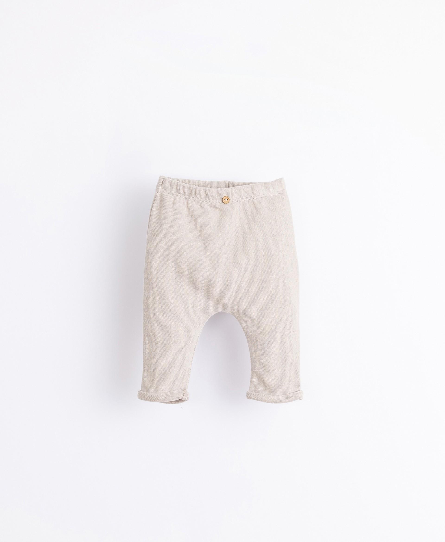 Pantalón con botón de adorno | Illustration
