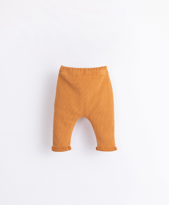 Pantaloni con bottone decorativo   Illustration
