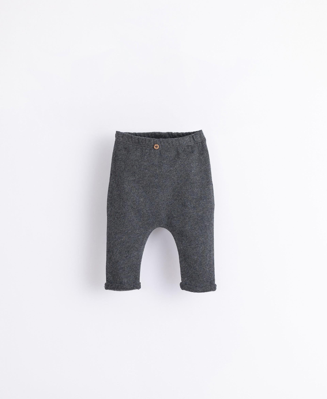 Pantaloni con bottone decorativo | Illustration